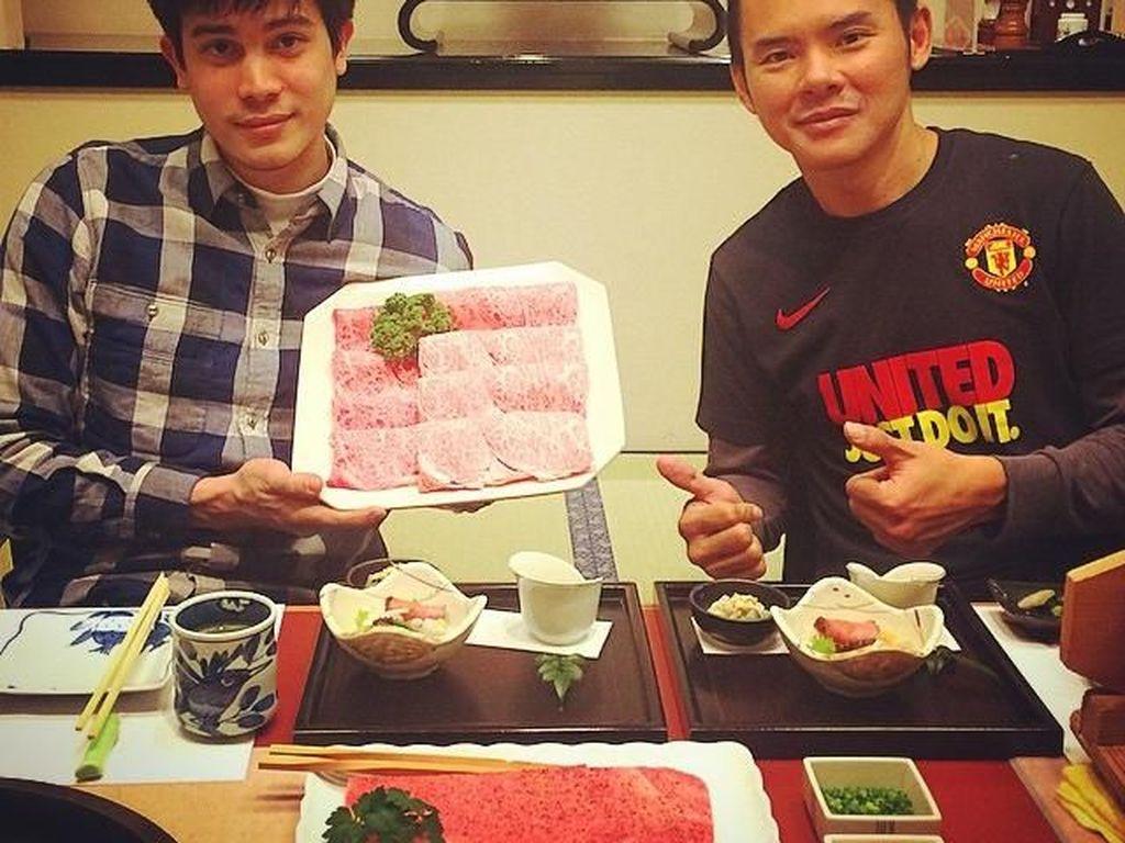 Nggak cuma sushi, Sunny juga menikmati hidangan negeri Sakura lainnya. Nampak platter daging di tangannya terlihat juicy dengan sebaran lemak merata. Foto: Instagram sunny_suwanmethanont