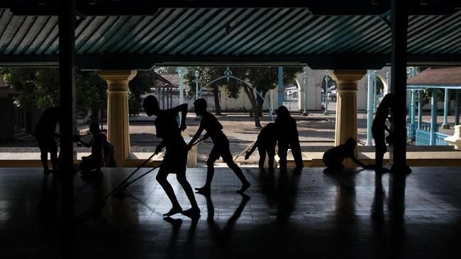 Keraton Surakarta tidak punya tradisi khusus. Namun, mereka biasa membersihkan serambi Masjid Agung Keraton Kasunanan Surakarta dalam rangka menyambut Ramadan. Itu juga bertujuan memberikan rasa nyaman bagi jamaah saat menjalan ibadah. (ANTARA FOTO/Mohammad Ayudha)