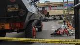 Saat berusaha kabur, teroris tersebut menabrak seorang anggota Polda Riau, Inspektur Dua Auzarhingga tewas. Mobil juga sempat menyerempet wartawan yang ada di Polda Riau.(ANTARA FOTO/Rony Muharrman/kye/18)