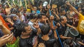 Di kampung yang berbeda, namun masih di kota yang sama, ada Festival Gebyuran Bustaman. Warga saling mengguyur dan melempar plastik berisi air warna-warni pada Minggu (13/5). Festival perang air itu juga simbol ritual penyucian diri dalam menyambut Ramadan. (ANTARA FOTO/Aji Styawan)
