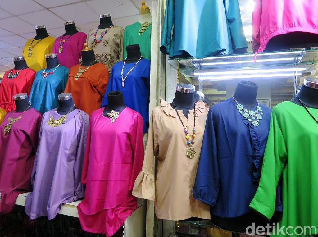 Pedagang di Tanah Abang, Jakarta Pusat menjual berbagai baju impor dari China. Mulai dari blus hingga pakaian anak-anak.