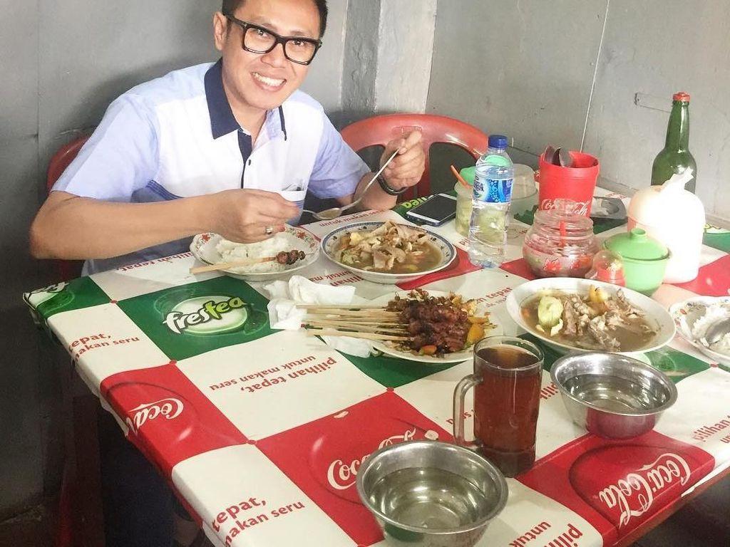 Memiliki nama lengkap Eko Hendro Purnomo, komedian yang lebih dikenal dengan nama Eko Patrio ini memiliki hobi makan, terutama makan sate. Foto: Instagram @ekopatriosuper