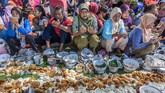 Masih di Semarang, dikenal pula tradisi Sadranan. Itu bahkan sudah dilakukan sejak akhir bulan lalu. Warga membersihkan mata air, lalu berdoa dan makan bersama sebagai ungkapan syukur kepada Tuhan atas limpahan rezeki sekaligus simbol penyucian desa. (ANTARA FOTO/Aji Styawan)