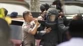 Polisi memeriksa mobil yang dibawa pelaku karena ada dugaan pelaku membawa bom di dalam mobi tersebut. ANTARA FOTO/FB Anggoro/kye/18.