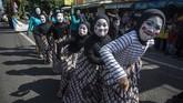 Yogyakarta diramaikan kirab budaya. Kirab grebeg takjil diramaikan warga, Minggu (13/5). Selain menyambut Ramadan, itu juga penanda dibukanya Pasar Ramadhan Nitikan. (ANTARA FOTO/Andreas Fitri Atmoko)