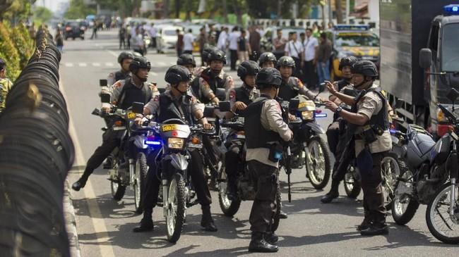 Saat ini Markas Polda Riau dijaga ketat petugas. Tim penjinak bahan peledaka disiagakan. Jalan di depan Polda Riau sempat ditutup untuk kepentingan penyidikan. (ANTARA FOTO/FB Anggoro/kye/18)