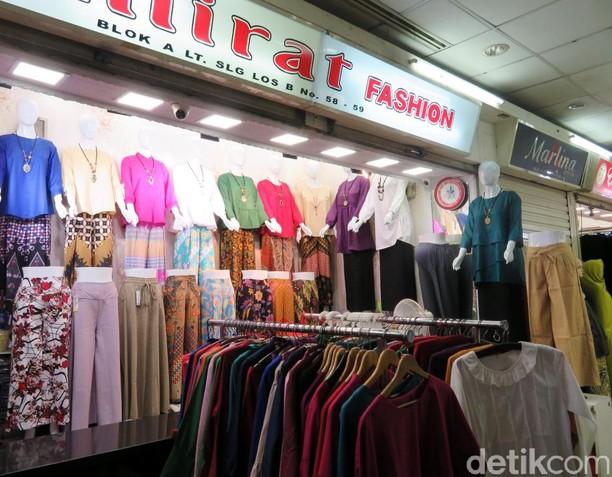 Pasar Tanah Abang Kebanjiran Baju Impor Asal China