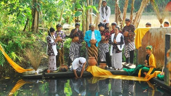 Masyarakat Magelang menyucikan lahir batin untuk menyambut Ramadan dengan air suci. Air itu diambil oleh sesepuh desa menggunakan kendi di Sendang Dawung saat tradisi Bajong Banyu, Minggu (13/5). Selain simbol penyucian, itu juga tanda suka cita jelang Ramadan. (ANTARA FOTO/Anis Efizudin)
