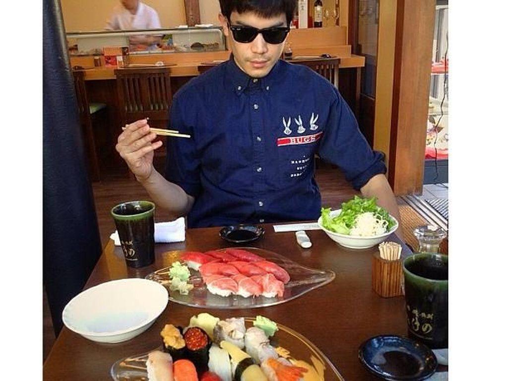 Pria blasteran Thailand ternyata doyan sushi. Lihat aja tuh dua platter sushi di hadapan Sunny. Sepertinya semua siap dilahap! Foto: Instagram sunny_suwanmethanont