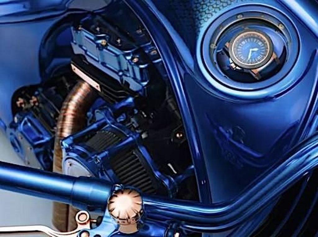 motor tersebut dijuluki Harley-Davidson Bucherer Blue Edition. Untuk modifikasinya sendiri tidak memakan biaya yang mahal, namun berlian yang disematkan pada motor lah yang membuat Harley-Davidson Bucherer Blue Edition itu punya harga yang sangat mahal. Foto: Pool (Autoevolution)