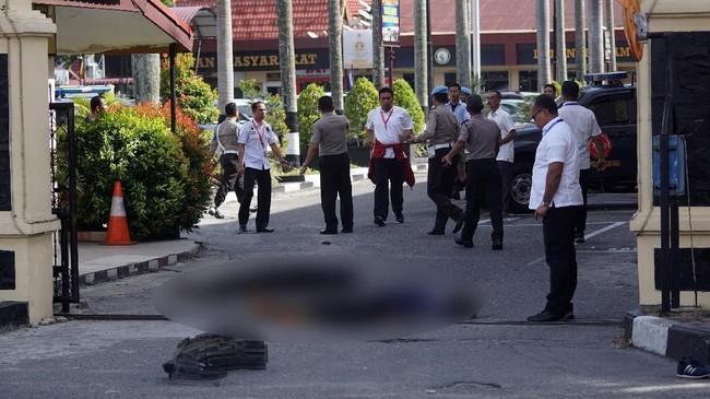 Pelaku menerobos masuk pintu penjagaan Polda Riau. Saat dihentikan petugas, para pelaku turun dan menyerang anggota kepolisian menggunakan samurai. (ANTARA FOTO/Retmon/FBA/kye/18)