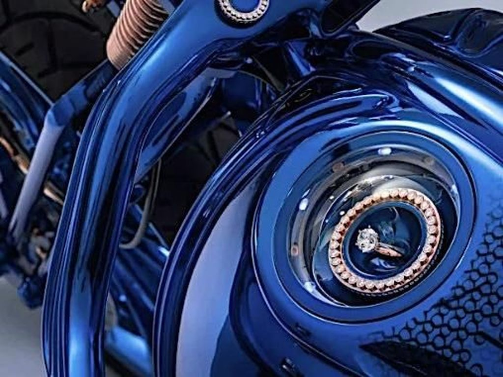 Butuh waktu sekitar 2.500 jam atau kurang lebih tiga bulan untuk membangun motor tersebut. Selama pengerjaan tidak kurang dari 350 berlin yang disematkan pada motor asal Amerika Serikat itu. Foto: Pool (Autoevolution)