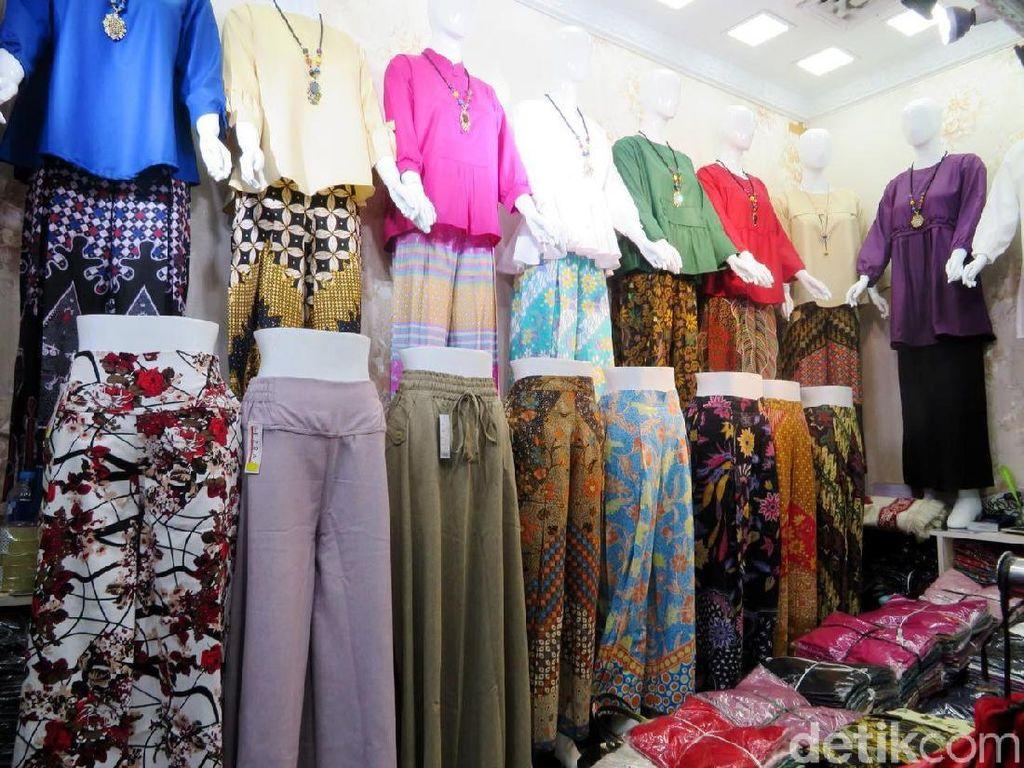 Untuk blus impor dijual dengan harga rata-rata Rp 100 ribu. Sedangkan blus lokal hanya dipatok Rp 35 ribu hingga Rp 50 ribu.