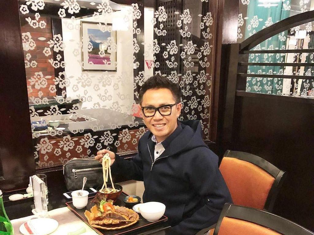 Tidak hanya makanan Indonesia dan China, makanan khas Jepang pun tak luput dari daftar makanan kesukaan Eko. Terbukti nih, kalau Eko memang seorang foodie! Foto: Instagram @ekopatriosuper