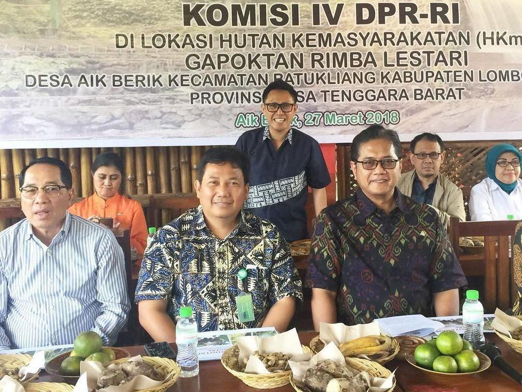 Kalau ini pose Eko bersama para politikus lainnya saat tengah kunjungan kerja komisi DPR ke Nusa Tenggara Barat. Di sana Eko mencicip makanan-makanan tradisional khas NTB. Foto: Instagram @ekopatriosuper