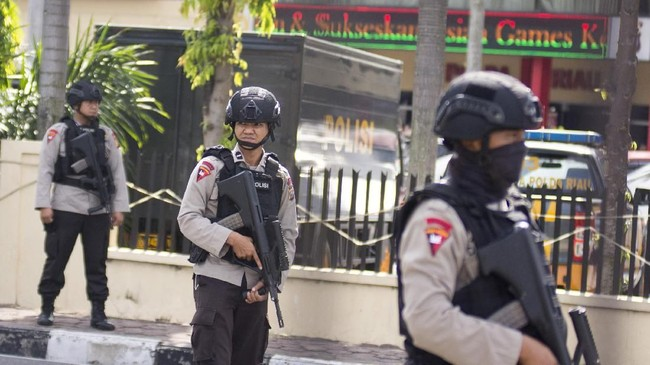 Teroris tersebut kemudian meninggalkan mobil dan kabur ke arah rumah Wakapolda Riau dan menuju permukiman warga. ANTARA FOTO/FB Anggoro/kye/18.