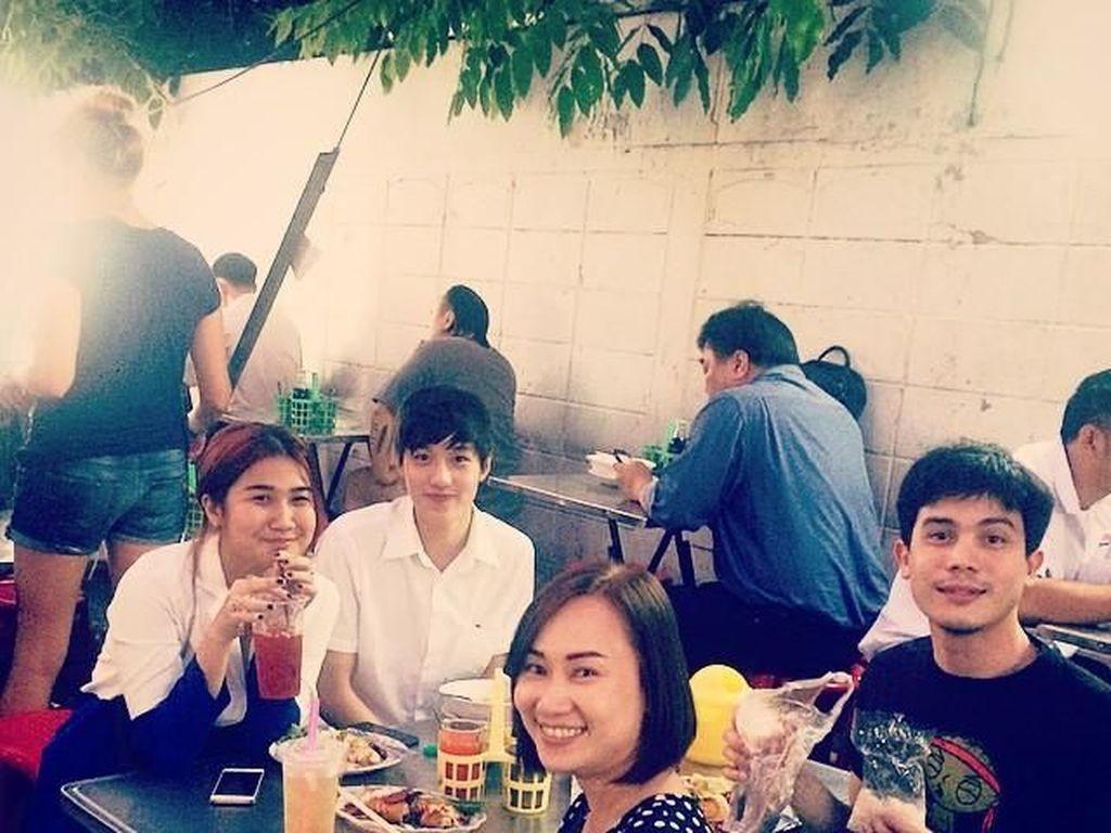 Sunny terlihat sering makan bersama teman-temannya. Ini pose santai Sunny lainnya saat makan bersama teman terdekatnya. Foto: Instagram sunny_suwanmethanont