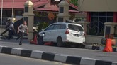 Markas Polda Riau di Pekanbaru diserang sekelompok orang yang mengendarai mobil. Pelaku diduga lima orang, empat ditembak mati dan satu orang ditangkap setelah sempat melarikan diri. (AFP PHOTO / WAHYUDI)