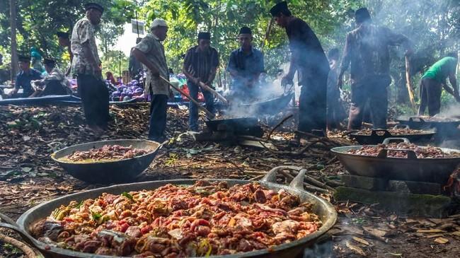 Di tradisi itu, warga bergotong-royong menyembelih dan memasak daging kambing. Sekitar 50 ekor kambing disiapkan, yang dilanjutkan ziarah ke makam leluhur serta makan bersama. (ANTARA FOTO/Aji Styawan)
