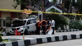 Polisi mengamankan sejumlah barang bukti milik teroris yakni mobil Avanza BM 1192 SQ, tiga samurai, lima penutup muka, tiga pasang sepatu, satu handycam, jaket, sarung tangan dan ikat kepala.(AFP PHOTO / DEDY SUTISNA)