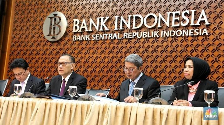 Gubernur Bank Indonesia (BI), Agus Martowardojo, menjelaskan mengapa di saat nilai tukar rupiah terhadap dolar AS terdepresiasi masih ada yang apresiasi.
