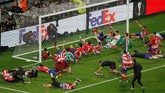 Para pemain Atletico Madrid merayakan kemenangan di final Liga Europa bersama suporter usai pengalungan medali di Stadion Parc Olympique Lyonnais. (REUTERS/Vincent Kessler)