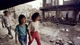 Kelompok etnis Tionghoa di Indonesia berjalan melewati rumah-rumah yang dihancurkan massa. Krisis ekonomi 1998 bukan hanya memicu terjadinya pergantian kepemimpinan, tapi juga kerusuhan dan kekerasan pada etnis Tionghoa di berbagai tempat di Indonesia. (PDN/KM - RP1DRIESGZAB)