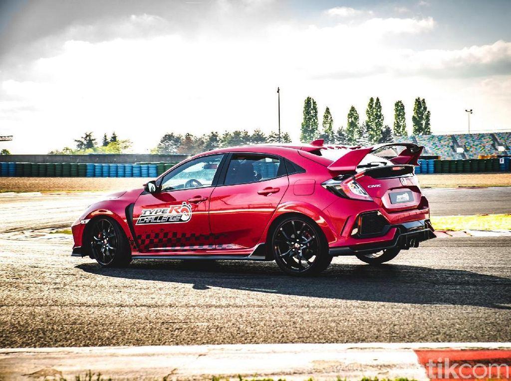 Pemecahan rekor kecepatan kali ini merupakan rangkai dari Type R Challenge 2018 dimana tim Honda Racing akan berusaha untuk memecahkan rekor kecepatan mobil berpenggerak roda depan pada 5 sirkuit ternama di Eropa. Foto: Honda