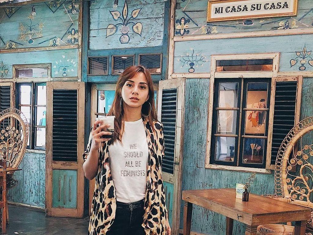Tuh kan, kopi lagi! Kali ini Kirana bergaya keren di sebuah coffee shop. Es kopinya pasti seger banget nih. Foto: Instagram kiranalarasati