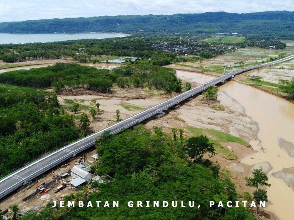 Jembatan lainnya yang telah rampung yakni Jembatan Grindulu di Pacitan. Jembatan ini dibangun dengan biaya Rp 211 miliar. Istimewa/Kementerian PUPR.