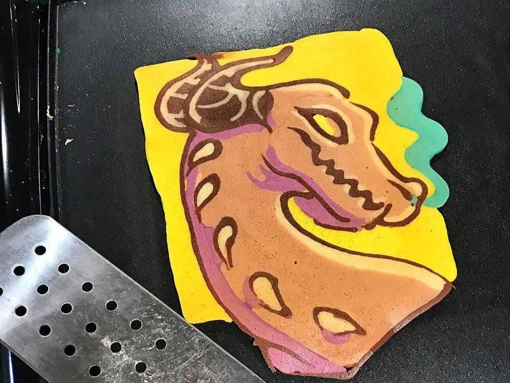 Yang lebih keren, Dancakes melayani permintaan melukis pancake langsung di atas pan. Penonton pasti dibuat terkesima dengan kemampuan Dancakes menggoreskan adonan aneka warna. Foto: Instagram drdancake