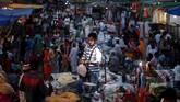 Suasana pasar kaget di luar Majis Jama Masjid, Delhi, India, Rabu (16/5). (REUTERS/Adnan Abidi)