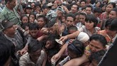 Ribuan masyarakat Indonesia dengan membawa-bawa uang tunai berusaha membeli minyak goreng yang disediakan Bulog pada Januari 1998. Krisis moneter yang bermula di Thailand pada 1996 kemudian merambat ke Indonesia dan menyebabkan harga bahan-bahan makanan meroket tajam. (INDONESIA - RP1DRIGEUJAC)