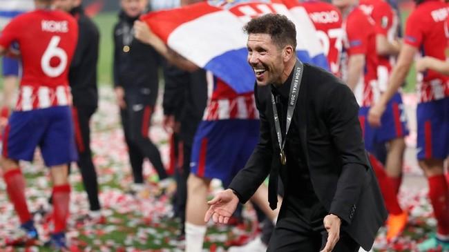 Pelatih Atletico Madrid Diego Simeone yang tidak bisa mendampingi tim di bench karena hukuman merayakan kesuksesan Los Rojiblancos usai mengalahkan Marseille 3-0. (REUTERS/Peter Cziborra)