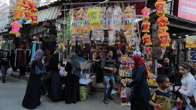 Warga Palestina membeli kebutuhan menjelang bulan Ramadan diPasar Khan Yunis, Gaza, Rabu (16/5). (Anadolu Agency/Abed Rahim Khatib)
