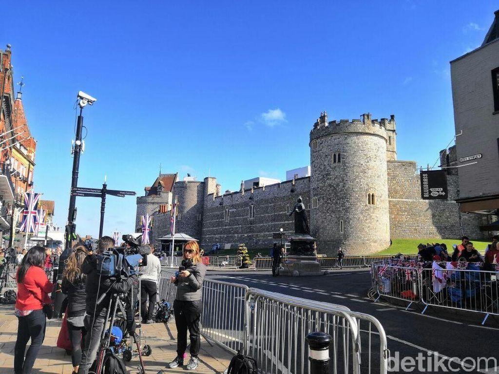 Windsor, lokasi pernikahan Harry dan Meghan, terletak sekitar 40 km di sisi barat London. Pada Kamis (17/5/2018), turis dan fans dari penjuru dunia sudah berdatangan ke Windsor.