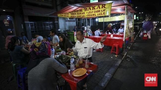 Bulan puasa sendiri menjadi berkah bagi para pedagang makanan, baik yang berada di pinggir jalan maupun di restoran. Kebiasaan berbuka di luar rumah membuat mereka kecipratan rezeki. (CNNIndonesia/Safir Makki)