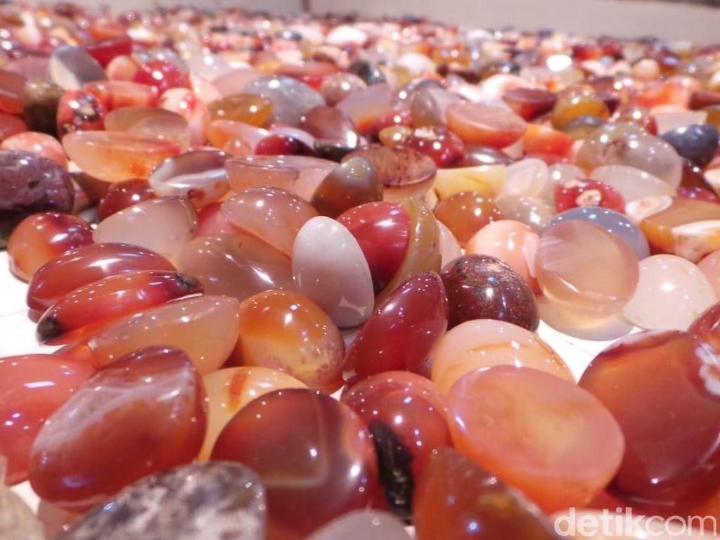 Meskipun tidak memiliki kekuatan super seperti di Film Infinity War. Batu warna warni dengan kilau yang menawan bisa ditemukan di Pasar Jatinegara.