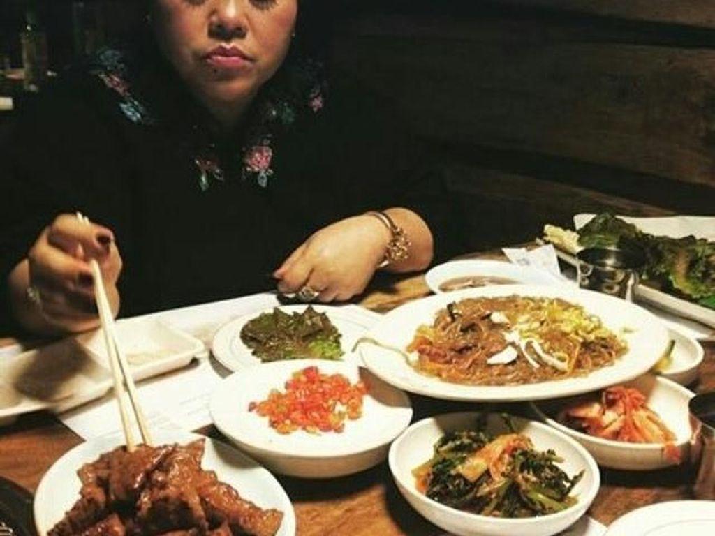 Lagi pesta makan nih. Makanannya banyak banget, itu dimakan sendirian aja? Nggak mau bagi-bagi? Foto: Instagram
