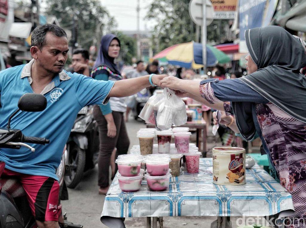 Hasil dari keuntungan berjualan takjil ini pun tidak sembarangan. Penjual es buah misalnya, bisa menjual hingga 30 gelas es dengan harga Rp 5 ribu-Rp 10 ribu per gelasnya.
