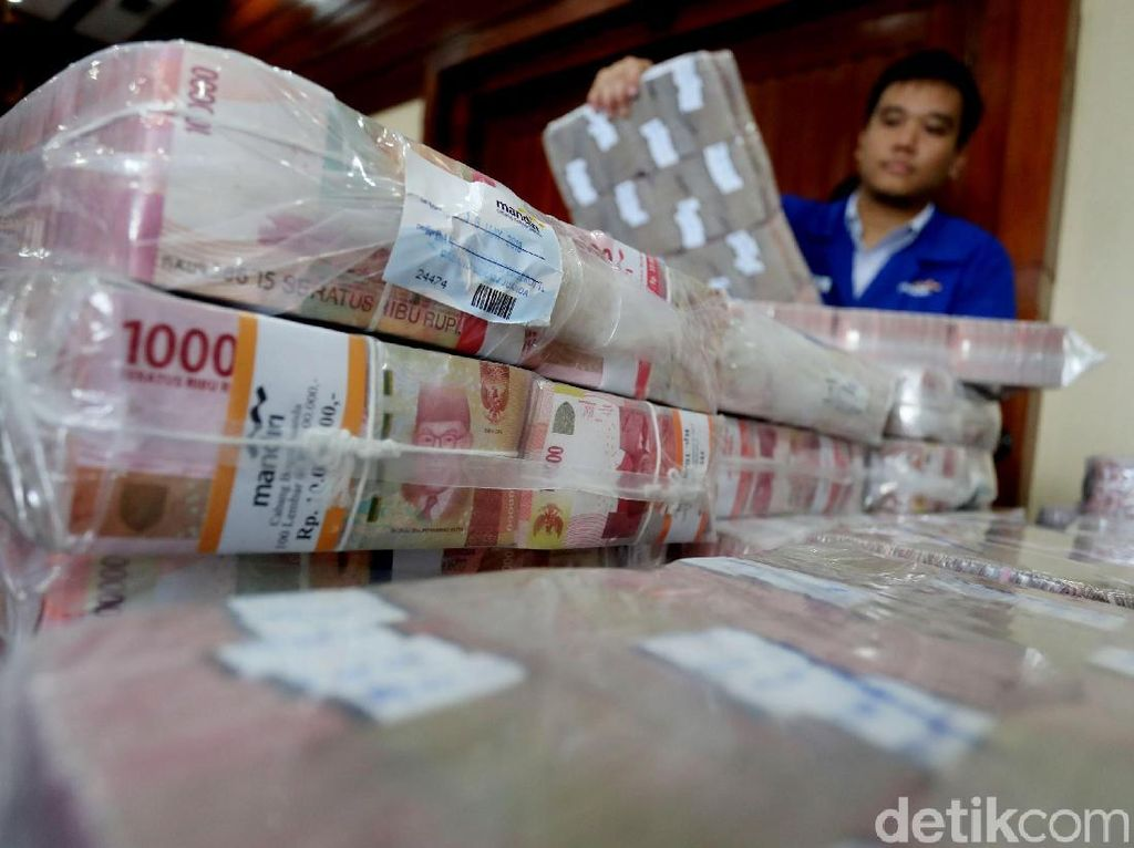 Pantauan detikcom, uang itu tiba di Gedung Plaza Mandiri, Jl. Gatot Subroto, Jakarta Selatan, pukul 12.08 WIB, Kamis (17/5/2018).