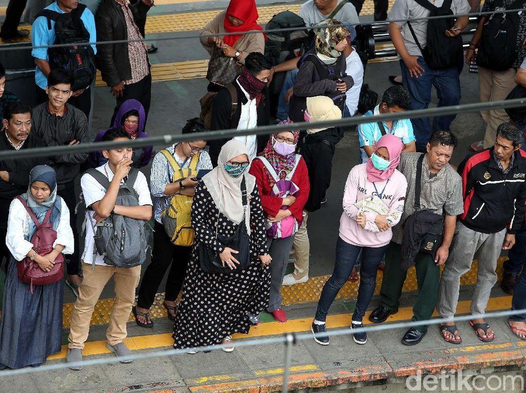 Tak ayal, Stasiun Tanah Abang, Jakarta Pusat, Kamis (17/05/2018), disesaki warga untuk pulang lebih awal.