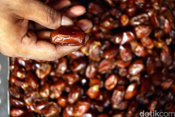 Berkah Pedagang Kurma di Bulan Ramadan