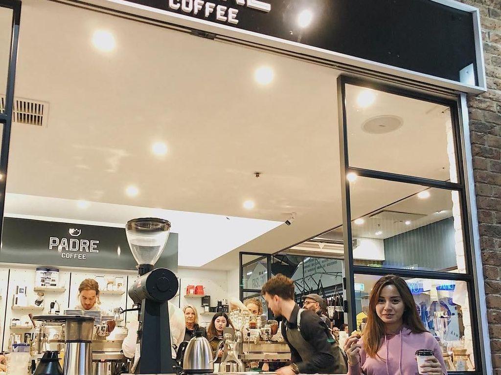 Sepertinya ibu satu anak ini doyan ngopi ya? Di Melbourne, Kirana juga menyempatkan mampir ke coffee shop. Foto: Instagram kiranalarasati