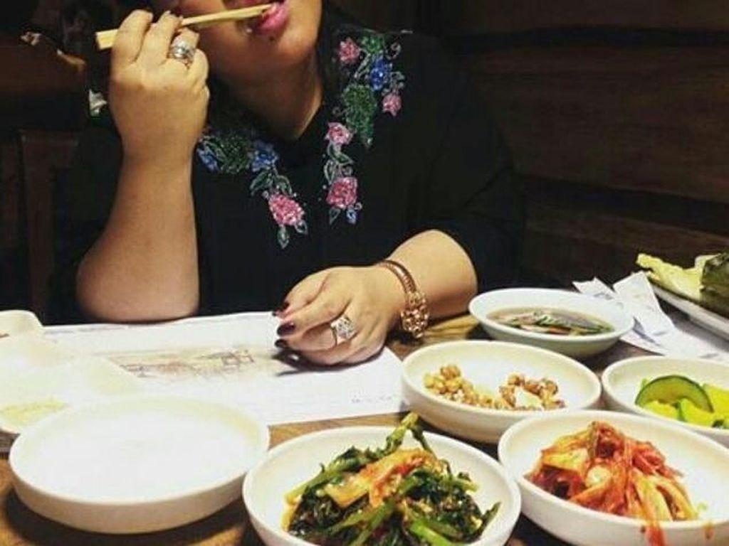 Makan di restoran Korea. Bukannya makan makanan kok malah ngemut sumpitnya. Itu kimchinya jangan dianggurin mbak. Foto: Instagram
