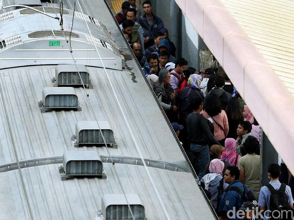 Transportasi publik KRL Commuter Line pun menjadi favorit dan pilihan untuk menghindari macet.