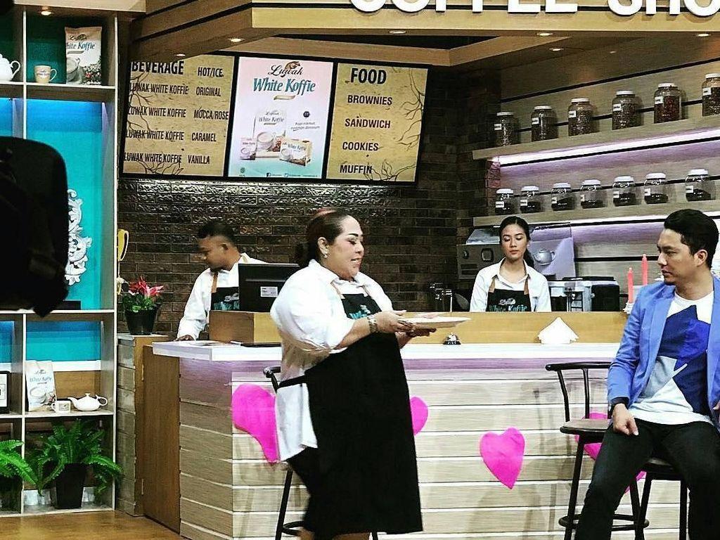 Mau lihat aksi Nunung ketika menjadi pelayan restoran? Lihat di foto ini saja. Pakai apron sambil membawa piring makanan. Sudah cocok jadi pelayan resto belum nih? Foto: Instagram