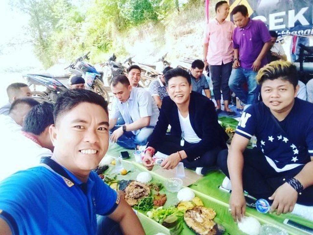 Nasi liwet dengan lauk komplet jadi menu makan siang Andika yang meriah. Meski lesehan, tapi Andika tetap tampil tampan dengan blezer hitam dan senyuman khasnya. Foto: Instagram @andikangen_ningrat