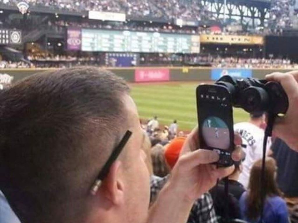 Kalau kamera ponsel kamu zoom-nya kurang jauh, boleh banget dicoba cara ini. (Foto: Twitter/PicturesFoIder)