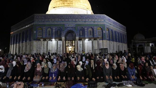 Umat Muslim melakukanSalat Tarawih pertama di halaman Masjid Al-Aqsha di Yerusalem, Rabu (16/5). (Anadolu Agency/Mostafa Alkharouf)